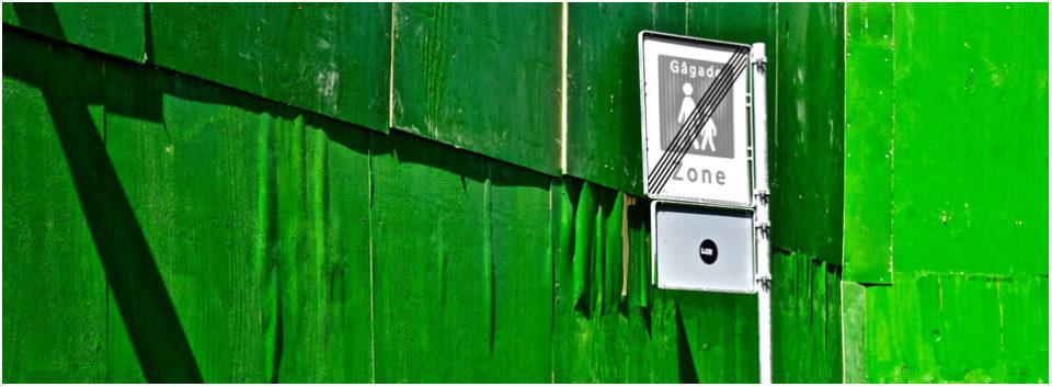 Verkehrsschild vor grüner Wand - Header Impressum