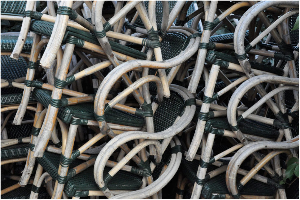 Anthologie - gestapelte Stühle